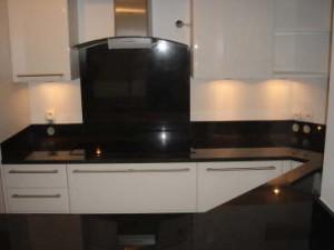 Vue d 39 angle sur cette cuisine en granit noir becker - Credence cuisine noire ...
