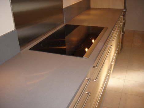 Lla plaque de cuisson int gr e dans le plan en quartz gris for Credence derriere plaque cuisson