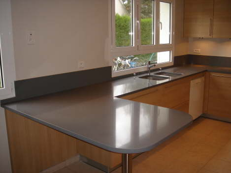 La table en quartz gris palomo marbrerie et d coration for Cuisine quartz gris