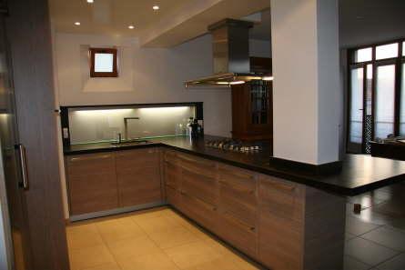 Vue d 39 angle d 39 une cuisine contemporaine spacieuse et for Cuisine chaleureuse contemporaine