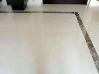 Sol en marbre blanc Sivec, un blanc pur, avec incrustation en feuille d'or.