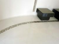 Teintes et matériaux uniques, mosaïque d'or et marbre blanc Sivec : parfaite harmonie.