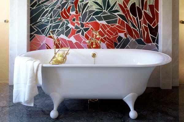 Une mosaique en d cor dans une salle de bain la for Salle de bain mosaique noir