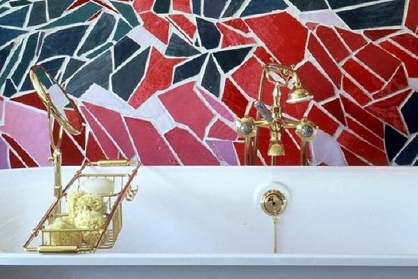 Une mosaique en d cor dans une salle de bain robinetterie dor e marbrerie et d coration - Mosaique doree ...