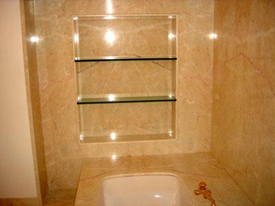 Une niche en verre incrust e dans une salle de bains en Niche de salle de bain