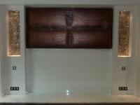 La mosaïque présente dans les deux niches est mise en valeur par un éclairage diffus.